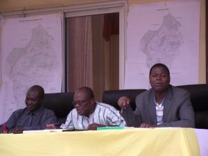 Le Directeur Général et les formateurs apportant des éclaircissements aux interrogations des participants